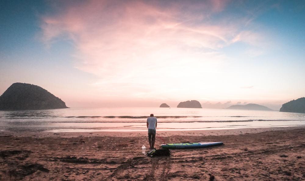 Séance de stand up paddle au lever du soleil près de la plage de Sam Roi Yot