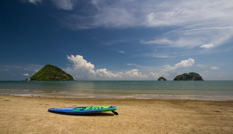 planche à pagaie à la plage de sam roi yot