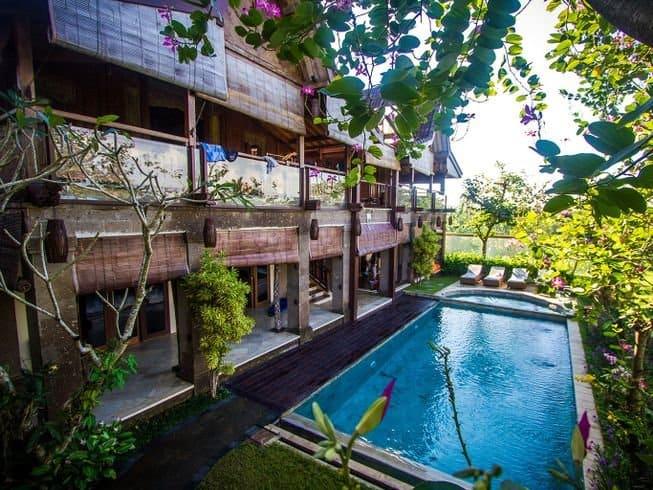 Piscina e camere allo Stormrider Surf Camp a Bali