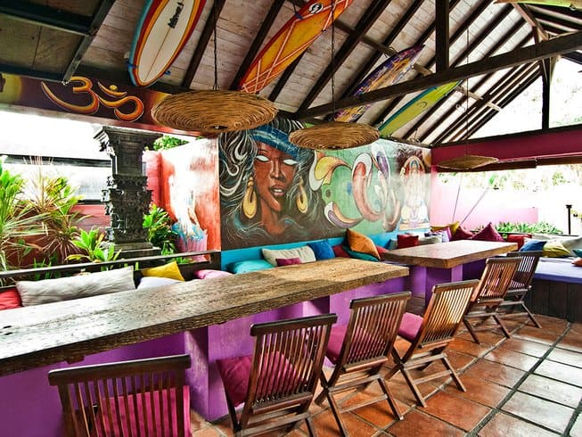 Bar e area chill out al Rapture Surf Camp a Bali