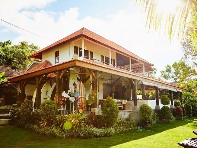 Esterno della villa e del giardino del Kamafari Surf Camp, Bali