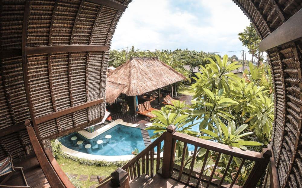 Vista della piscina dalla stanza superiore al Surf WG - il Surf Camp a Bali che ci ha ospitato
