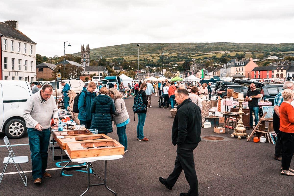 pessoas que trabalham em torno da banca de mercado em Bantry, West Cork