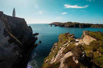 Ein Panoramablick auf Baltimore Beacon und die Küste von Sherkin Island, County Cork.
