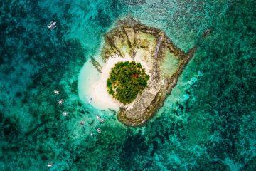 vue aérienne de l'île guyam au large de l'île de siargao, aux philippines. cette petite île est un site de plongée, entourée d'eau turquoise et de récifs coralliens.